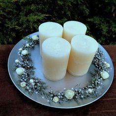 Velký+svícen+na+talíři+s+krémovými+svícemi+Luxusní+rustikálníadventní,+ale+i+celoroční+svícenna+slavnostní+stůl+-+rustikální+ojíněné+svíčky+v+odstínu+champagne,+dozdobenéjalovcem+s+bobulkami,+perličkami+a+růžičkamive+stejném+odstínu+a+řetízkem+s+perličkami+a+minirůžičkami+ze+saténu+namatnémmetalickém+talíři,+který+lakovaný+starostříbrným... Glass Of Milk, Panna Cotta, Champagne, Ethnic Recipes, Food, Dulce De Leche, Essen, Meals, Yemek