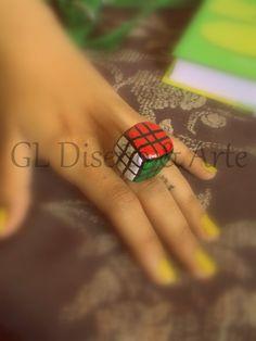 "Anillo de ""Rubik"", hecho y pintado a mano."