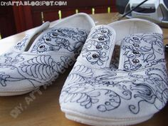 painted shoes Painted Shoes, Slippers, Diy, Outfits, Fashion, Moda, Suits, Bricolage, Fashion Styles