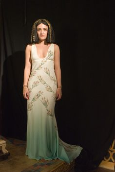 Rome TV Series - somebody please tell me why this ugly shapeless little actress was cast as Cleo? Hollywood Fashion, Rome Costume, Rome Tv Series, Roman Dress, Workout Plan For Women, Workout Plans, Roman Era, Roman Fashion, Cleopatra
