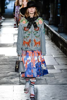 The complete Gucci Resort 2017 fashion show now on Vogue Runway. Fashion 2017, Look Fashion, Runway Fashion, High Fashion, Fashion Show, Womens Fashion, Fashion Design, London Fashion Weeks, Look 2017