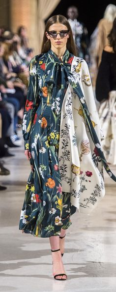 Florals can be worn all year long just by changing the colors! Fall florals look great when worn in deep, rich shades of reds and oranges. Oscar De La Renta Fall-winter - Ready-to-Wear Runway Fashion, Fashion Show, Fashion Looks, Womens Fashion, Fashion Design, Fashion Tips, Fashion Trends, Hippy Chic, Fashion Week 2018