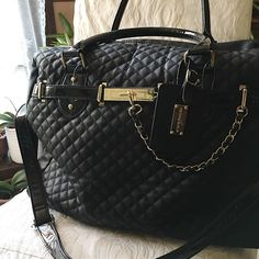 Steve Madden Quilted Weekend Bag Steven Madden Quilted Weekend Bag w Gold Hardware Accents; Features a Luggage Tag & Gold Feet; Cheetah Print Interior Lining. Inside has a two small compartments and a zipper compartment to hide any small personal belongings. Perfect for weekends, and TSA approved carry ons.  Size: 19 in x 9 1/2 in Depth: 15 1/2 in Steve Madden Bags Travel Bags