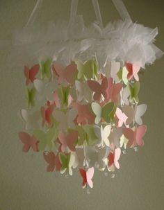 Móbile com borboletas de papel.