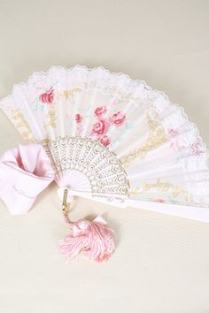 Fan Me French Pink! how pretty Antique Fans, Vintage Fans, Kawaii Accessories, Fashion Accessories, Hand Held Fan, Hand Fans, Mode Rococo, Estilo Lolita, Princess Aesthetic