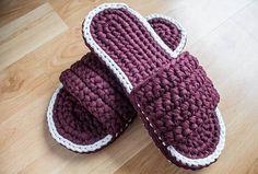 Crochet Slippers with T-Shirt Yarn Crochet Shoes Pattern, Crochet Baby Shoes, Love Crochet, Crochet Clothes, Knit Crochet, Crochet Patterns, Diy Crochet Slippers, Crochet T Shirts, How To Make Shoes