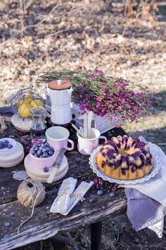 Pretty flowers and food. Picnic Photography, Outdoor Food, Outdoor Dining, Picnic Birthday, Food Wallpaper, Recipes From Heaven, Tea Cakes, Dessert Table, Food Pictures