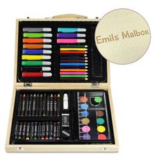 Das kreative 67-teilige Set für kleine Maler ist praktisch in einem Echtholzkoffer verstaut. Dieser kann auf Wunsch personalisiert werden!