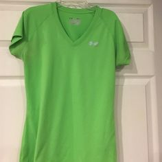 Under Armour SemiFitted Top Excellent Condition Under Armour SemiFitted Heat Gear Top! Under Armour Tops Tees - Short Sleeve