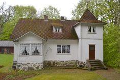 Hus från 1920, punschveranda och torn.