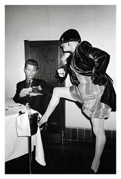 David Bowie runs out of time for Nell Campbell(of The Rocky Horror Picture Show) in New York City. Rocky Horror Show, The Rocky Horror Picture Show, David Bowie Born, Bowie Starman, The Thin White Duke, Celebrity Photographers, Ziggy Stardust, After Dark, Brixton