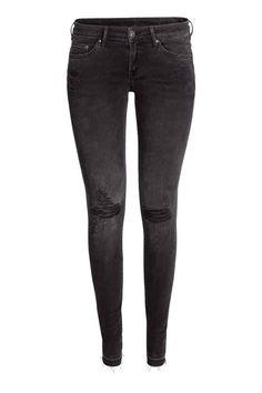 Super Skinny Low Ripped Jeans: Jean 5 poches en denim extensible lavé avec détails fortement usés. Modèle avec jambes très fines et taille basse.