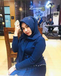 Sudah senyumkah anda hari ini? ☺️ 🔹 Follow @aneuk_dara_atjeh Gunakan hastag➡️ #aneukdaraaceh 🔹 #daraaceh #daraacehcantik #modelaceh #aceh… Strong Mom Quotes, Hijab Prom Dress, Kebaya Hijab, Muslim Beauty, Hijab Chic, Girl Hijab, Hijab Fashion, Beauty Women, Pose