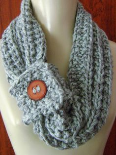 Gola de Tricô - 01                                                                                                                                                      Mais Crochet Neck Warmer, Crochet Gifts, Crochet Clothes, Lana, Cowl, Diy And Crafts, Crafty, Knitting, Sewing