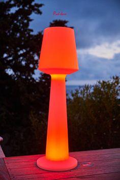 Austral C110 est un lampadaire sans fil LED multicolore avec intensité variable. Cette lampe se distingue par son design moderne et épuré mais également par son autonomie de fonctionnement. (Jusqu'à 8h) Lampe autonome, elle apportera à votre décoration une touche tendance et originale. #lampadaire #multicolore #extérieur #luminaire #jardin #maison #terrasse #illuminer #decoration #decohome #homedecor #homedesign #decorationexterieur #lampejardin #lampe #lampadairelumineux #lumineux… Lampe Decoration, Homedesign, Lampe Led, Design Moderne, Lava Lamp, Table Lamp, Lighting, Home Decor, Lights