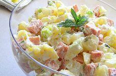 Δροσερή και πεντανόστιμη πατατοσαλάτα με πάριζα. Στη συνταγή που θα σας δώσουμε, θατην κάνετε πιο ελαφριά βάζοντας λίγη μαγιονέζα και περισσότερο γιαούρτι. Ετοιμάζεται πολύ εύκολα και είναι τέλειο συνοδευτικό! Επίσης, μπορείτε να αντικαταστήσετε την πάριζα Western Food, Greek Salad, Greek Recipes, Creative Food, Potato Salad, Meal Prep, Breakfast Recipes, Easy Meals, Food And Drink