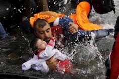 Guardian, Yunan foto muhabiri Yannis Behrakis'i 2015 yılının fotoğrafçısı seçmiş. Kare: Türkiye'den Yunanistan'a...