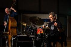 Georg Wolf (Kontrabass), Lou Grassi (Schlagzeug) - Fotograf Kassel http://blog.ks-fotografie.net/konzertfotografie/drummer-lou-grassi-live-konzertfotografie/