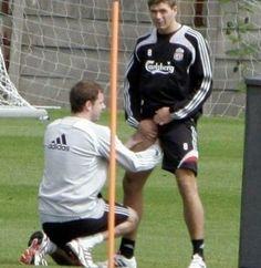 Steven Gerrard masowany przez masera podczas treningu • Śmieszny masaż jajek Stevena Gerrarda • Wejdź i zobacz masażystę w akcji >> #stevengerrard #gerrard #football #soccer #sports #pilkanozna #funny #liverpool