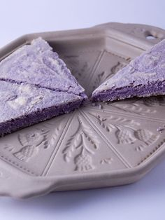 Lavender Shortbread - butter of sugar 1 tablespoon water flour rice flour 2 tablespoons edible lavender, sliced very thin (Alma lavender scent used instead) 2 tablespoons brown sugar Shortbread Recipes, Cookie Recipes, Dessert Recipes, Shortbread Cake, Cupcakes, Receita Red Velvet, Lavender Shortbread, Lavender Recipes, Edible Lavender