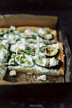 Tart with grilled zucchini, yogurt, Greek feta cheese and thyme with chives, on a cheese-dough crust. Served with balsamic sauce