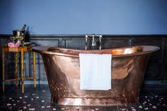 Romantiskt rustikt badrum med kopparbadkar - Sköna hem