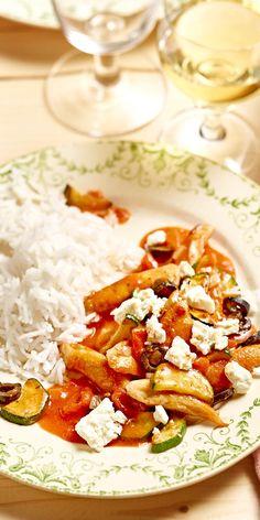 Ein mediterranes Sommergericht: das Tomaten-Zucchini-Geschnetzelte mit Oliven und Feta begeistert die ganze Familie!