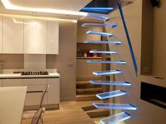 Dans une maison rénovée d'Île-de-France, le fabricant d'escaliers Trescalini (Casalux) a créé un escalier suspendu lumineux en verre. Un concentré de technicité et d'esthétique répondant à ... #maisonAPart