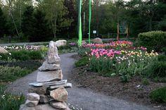 Jardin d'accueil et inukshuk