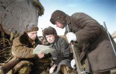 commandant de détachement de partisans Budak montre scouts Mary et Spruce Pavel Kiselev carte combat dans un village à l' ouest de Kursk.