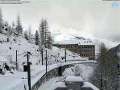 On continue avec les bonnes nouvelles... Merci les récentes chutes de neige (et notez qu'il neige toujours aujourd'hui). La compagnie du Mont Blanc vient d'annoncer une pré-ouverture des domaines skiables de Chamonix et des Houches Saint Gervais ce week-end, samedi 28 et dimanche 29 Novembre.