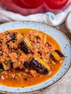 Turkish moussaka - recipe / A kitchen in Istanbul Healthy Menu, Healthy Recipes, Eggplant Moussaka, Turkish Recipes, Ethnic Recipes, Arabic Recipes, Spicy Stew, Cabbage Stew, Koken