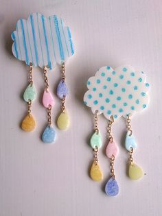 雲とカラフルしずくのブローチ Resin Jewlery, Shrink Plastic Jewelry, Ceramic Jewelry, Diy Jewelry, Jewellery, Kawaii Accessories, Diy Accessories, Uv Resin, Resin Art