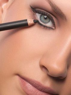Antiaging Makeup Tips - Makeup To Look Younger: The mistake: Putting liner all around your eyes Makeup Tips To Look Younger, Makeup Tips For Older Women, Blusher Makeup, Blusher Tips, How To Apply Blusher, How To Apply Makeup, Applying Makeup, Learn Makeup, Winged Eyeliner Tutorial