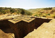 L'impressionnant vestige de l'église rupestre de Beta Giyorgis à Lalibla en Ethiopie. Elle fut creusée en forme de croix grecque à même la roche au XIIIe. Il existe 10 autres églises du même style dans la région.