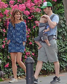 Keri Russell, looked happy to be spending time in New York City Tuesday morning with husband Matthew Rhys and one-year-old son Sam as the couple doting on their small child. Casual Dresses, Casual Outfits, Cute Outfits, Casual Clothes, Blundstone Boots Women, Keri Russell Style, Matthews Rhys, New Outfits, Fashion Outfits
