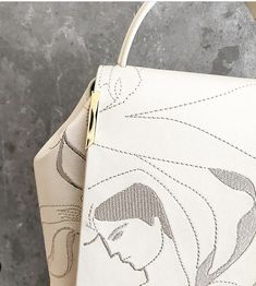 Bolso bordado con una obra de arte.  It is a work of art embroidered in leather by the artist Kelly Beeman  #onesixonebags #KellyBeeman #FashionAndArt #Fashion #Art #Leather #Nude #Outfit #Trends #Moda #Tendencias #Grabados #embroidery