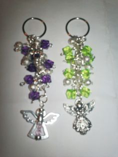 recuerdos para boda llaveros - Buscar con Google Beaded Crafts, Jewelry Crafts, Diy Keyring, Bling Purses, Beaded Christmas Ornaments, Paper Beads, Bead Art, Beaded Jewelry, Jewelery
