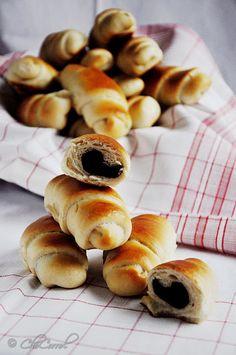 CoLoRes, SaBoRes, oLoRes...CoLoRs, TaSTeS, SmeLLS: crescent rolls filled with almonds and cocoa/cuernitos rellenos de almendras y cacao