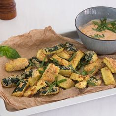 Zucchini wedges with pesto dip - Delicious low-carb alternative to classic pota. - Zucchini wedges with pesto dip – Delicious low-carb alternative to classic potato wedges: zucchi - Dinner Recipes Easy Quick, Easy Healthy Recipes, Quick Easy Meals, Pesto Dip, Healthy Baked Chicken, Baked Chicken Recipes, Salsa Verte, Chicken Recipes For Kids, Carb Alternatives