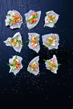 Asiatisk laxtartar i friterat rispapper - Mitt kök Bon Appetit, Food Inspiration, Salmon, Plating, Healthy Eating, Appetizers, Prom Dresses, Asian, Snacks