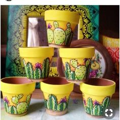 Painted pots for cacti and cactus painted on potting stones piedras Flower Pot Art, Flower Pot Design, Flower Pot Crafts, Clay Pot Crafts, Diy And Crafts, Diy Clay, Painted Plant Pots, Painted Flower Pots, Cactus Painting