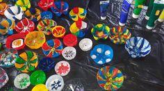 Blumen-Kunstwerk aus PET-Flaschen-Böden - einfacher als das Ergebnis vermuten lässt! Flower Artwork, Pet Bottle, Class Projects, Pets, Flowers, Material, Painting, Diy Art, Craft Tutorials