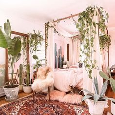 Small Space Decor Tips From A 650 Square Foot Bohemian Apartment - Decor Bohemian Apartment, Bohemian Bedrooms, Bohemian Bedding, Vintage Bedrooms, Bohemian Bedroom Design, Tropical Bedrooms, Boho Bedroom Decor, Aesthetic Rooms, Celebrity Houses