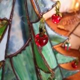 """StainedGlass:StainedAttendhttp://stainedattend.com/A.N様作品リンゴのオーナメントにあうクリスマスツリーに…と、綺麗な濃淡の入ったウロボロスやブルズアイのガラスを組み合わせて豪華なもみの木を制作されました5角錐の土台が完成!その周りにフックを付けたパーツをハンダ付けします。ガラスのリンゴにピッタリな素敵なツリーに仕上がりました。自然光でも、中に灯りを入れても楽しめますね♪*****◇ステンドグラス一日体験教室◇http://stainedattend.com/a_workshop.htmlN.O様体験作品""""カードボックス""""◇ステンドグラスの基礎が学べる3日間講習のご案内◇http://stainedattend.com/a_school.html12・1・2月...りんごのオーナメント♪(12/23)"""