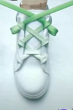 Ways To Lace Shoes, How To Tie Shoes, How To Lace Converse, Ways To Tie Shoelaces, Diy Crafts Hacks, Shoe Crafts, Diy Clothes And Shoes, Diy Fashion Hacks, Creative Shoes