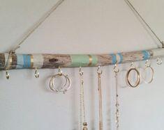 Bois peint pour les bijoux.  Cette œuvre d'art va ajouter grand caractère à votre maison ! Accrocher vos colliers, bracelets, boucles d'oreilles etc..  La bois flotté est disponible en quatre tailles: 12 pouces de long et 1-2 pouces de diamètre avec six crochets en or de 7/8 pouces. 18 pouces de long et 1-2 pouces de diamètre avec huit crochets en or de 7/8 pouces. 24 pouces (2 pi) de long et 1-2 pouces de diamètre avec dix crochets en or de 7/8 pouces. 36 pouces de long et 1-2 pouces de…