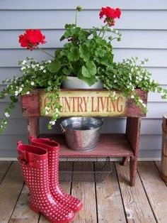 Love red geraniums and polka dot boots!-frontporches-swee… Love red geraniums and polka dot boots! by freida frontporches-swee… Love red geraniums and polka dot boots! by freida - Country Porches, Front Porches, Southern Porches, Estilo Country, Red Geraniums, Decorating With Pictures, Country Decor, Country Living, Country Life
