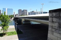 Paris tourist attractions and holiday travel guides to France Pont Charles, Paris Tourist Attractions, Transport Map, Gaulle, Over The River, Hd Photos, Holiday Travel, Travel Guides, Marina Bay Sands