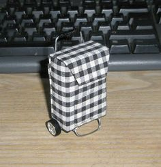 Tutorial for making a miniature shopping bag with wheels. In Spanish, but very easy to follow the pictures.